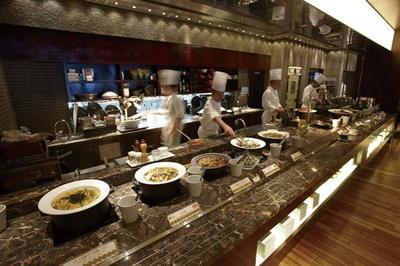 ライブキッチンからできたてを即ブッフェ台へ。煮物や胡麻豆腐などのおばんざいも豊富/ホテルグランヴィア京都 カフェレストラン ル・タン