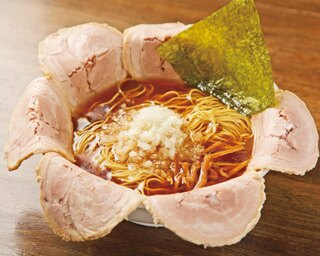 「ソーキそば」(900円、夜と土曜・日曜は972円)。太い縮れ麺が和風ダシの効いたスープとよく絡む