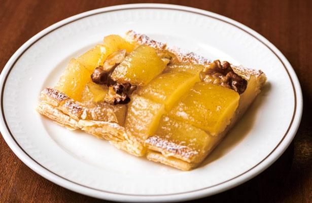 果実が贅沢にのったアップルパイ。甘味と酸味を感じるリンゴは、香ばしくクリーミーなクルミとの相性が抜群/帝国ホテル 大阪 ザ パーク