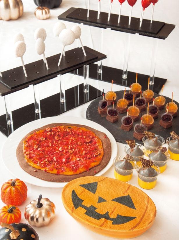 ティラミス~ハロウィンバージョン~(手前)、かぼちゃとナッツのスイーツピッツァ(中央左)、グレープ風味のギモーブ(奥)/リーガロイヤルホテル アネックス リモネ
