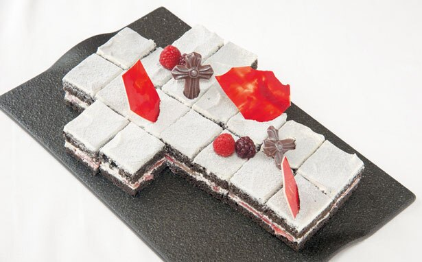 【写真を見る】竹炭で黒くしたチョコレート生地の中に、イチゴが入った苺のショートケーキ。上にはフランボワーズやチョコをトッピング/リーガロイヤルホテル アネックス リモネ