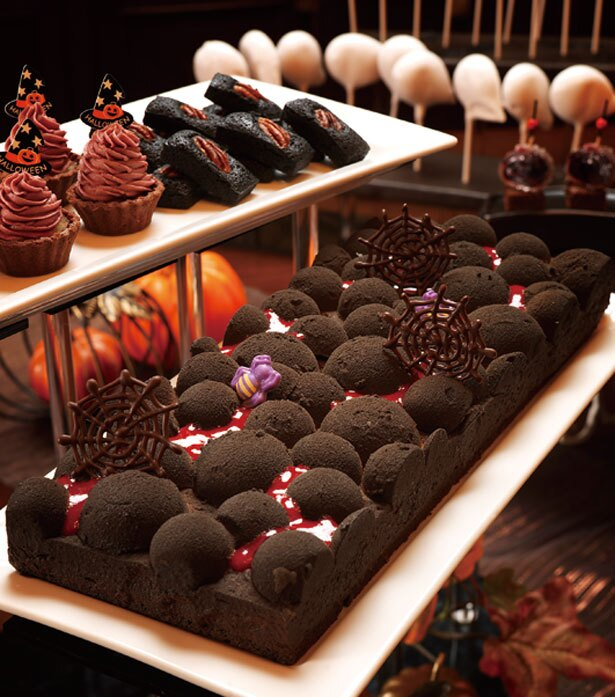 マグマをイメージしたチョコレートムース。チョコレートのスポンジとミルク・スイートチョコレートムースの3層仕立て/リーガロイヤルホテル アネックス リモネ