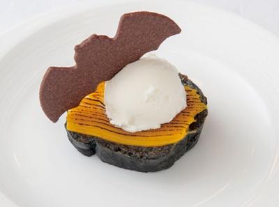 甘さ控えめな竹炭&ヨーグルト入りのトーストに、カボチャのカスタードクリーム、フロマージュブランのシャーベットが見事にマッチ/リーガロイヤルホテル アネックス リモネ