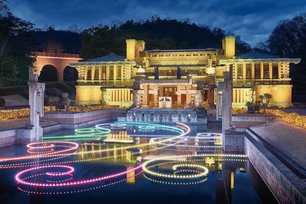 帝国ホテル中央玄関 庭園の輪舞曲では、音楽に合わせて建物や水面の光が変化。明治時代に誕生した薔薇色や藤色などの伝統色に彩りを変えながら舞い踊る、人気のショー(15分間隔で開催)
