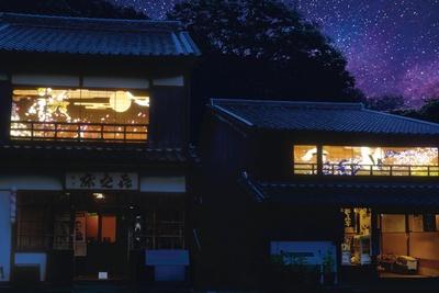 本郷喜之床・小泉八雲避暑の家で開催する障子プロジェクション「雪月風花」。静から動へ、二棟の障子に映し出される映像美を満喫