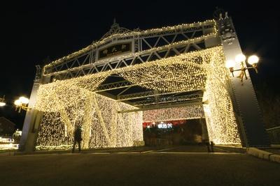 隅田川新大橋が光のトンネルに