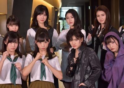 舞台「マジムリ学園」で主演を務める小栗有以さん(前列左から2番目)と岡田奈々さん(前列左から3番目)