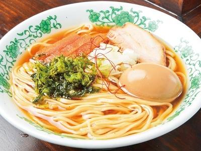 【写真を見る】消失な白身魚を主軸に、比内地鶏の旨味を凝縮させた「味玉醤油そば」(780円)