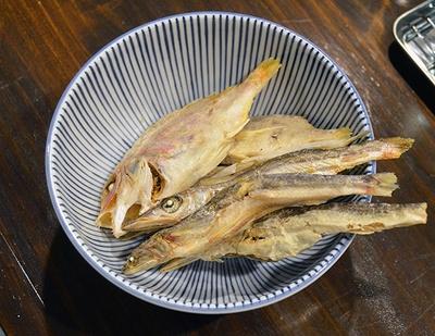 スープにはマダイやカマスなど、白身魚の煮干しを多く使う