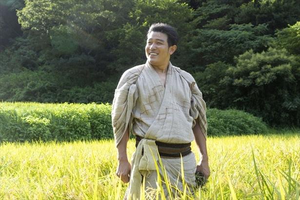 """【写真を見る】主役・西郷隆盛(鈴木亮平)は""""お腹""""も出て、まさに上野公園の銅像のような体型に!"""