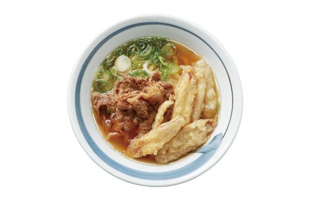 綱場うどん しん田 / 「肉ごぼううどん」(780円)。丁寧に脂を抜き、甘辛く煮込んだ牛肉と、揚げたてのゴボウ天がのる。肉汁がダシに溶け出し奥深い味わいに