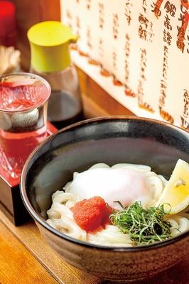 【写真を見る】Udon Bar Kaine / 「明太バター温玉」(750円)。明太子の塩気とバターのコク、濃厚な卵黄が好相性。讃岐から仕入れる小麦粉で打つ自家製麺は、キリッと角が立ち強いコシがある