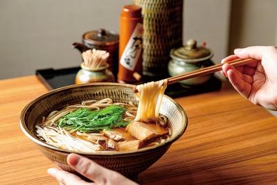 饂飩 岩兵衛 / 「葱鮪うどん」(1300円)。寿司ネタのマグロを注文ごとに切り、麺と共にサッと炊いて供する