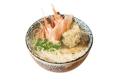 うどん居酒屋 鶴 / 「海老にゅうめん」(900円)。「天使の海老」を贅沢に使用。エビの味噌を溶かすと、また違った味わい