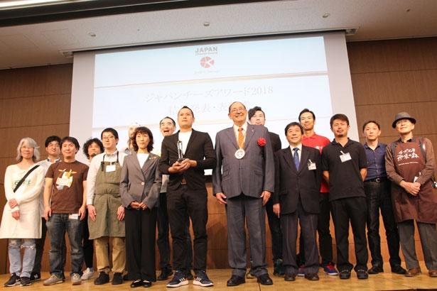 グランプリ、および各部門賞を受賞した生産者がステージに集合