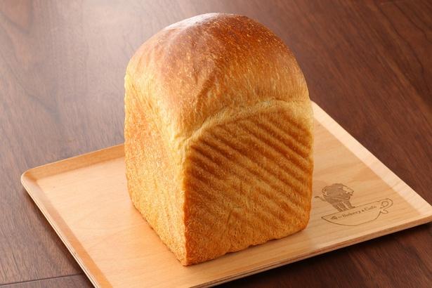 【写真を見る】俺のBakery&Cafe「マスカルポーネとはちみつ」(900円)。1日40本限定の大人気食パン