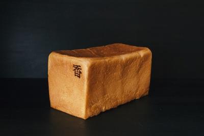 俺のBakery&Cafe「銀座の食パン~香~」(1000円)。同店舗で人気ナンバー1を誇る食パンだ