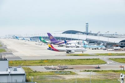 【写真を見る】9月4日、飛行機は3、4機を除き退避していたが、現在は各社の飛行機が並ぶ従来の姿に/関西国際空港