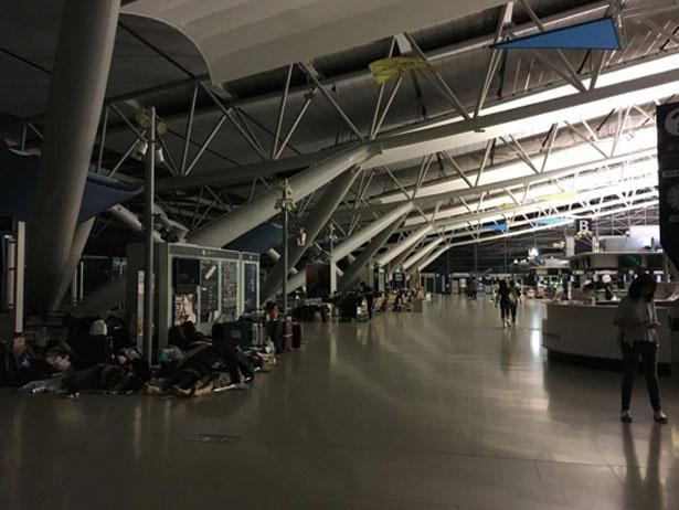 9月4日の第1ターミナルの様子。停電になったため、利用客は暗い館内で一夜を過ごした/関西国際空港