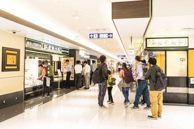 2階のレストラン街も全店が再開し、昼時には行列ができるほどの活気にあふれている/関西国際空港