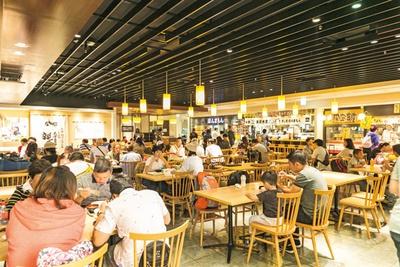 寿司やうどんなど12店が集まる1階のフードコート町家小路も昼時は満席に/関西国際空港