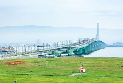 展望ホールから望む連絡橋。タンカーが衝突した手前の片側車線が撤去されている/関西国際空港