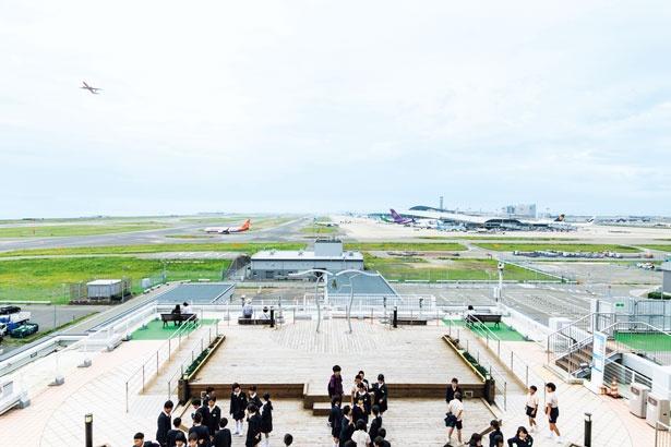 展望ホールからの眺め。修学旅行生なども多く、飛行機の離着陸などを間近に楽しんでいる/関西国際空港
