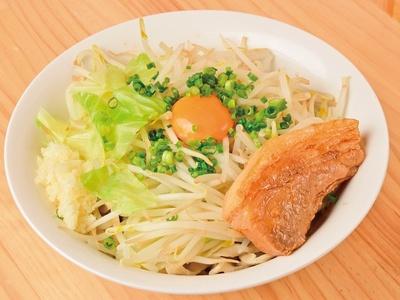 【写真を見る】丼の底からかき混ぜ、ガッツリ頬張りたくなる「汁なし(並)」(850円)