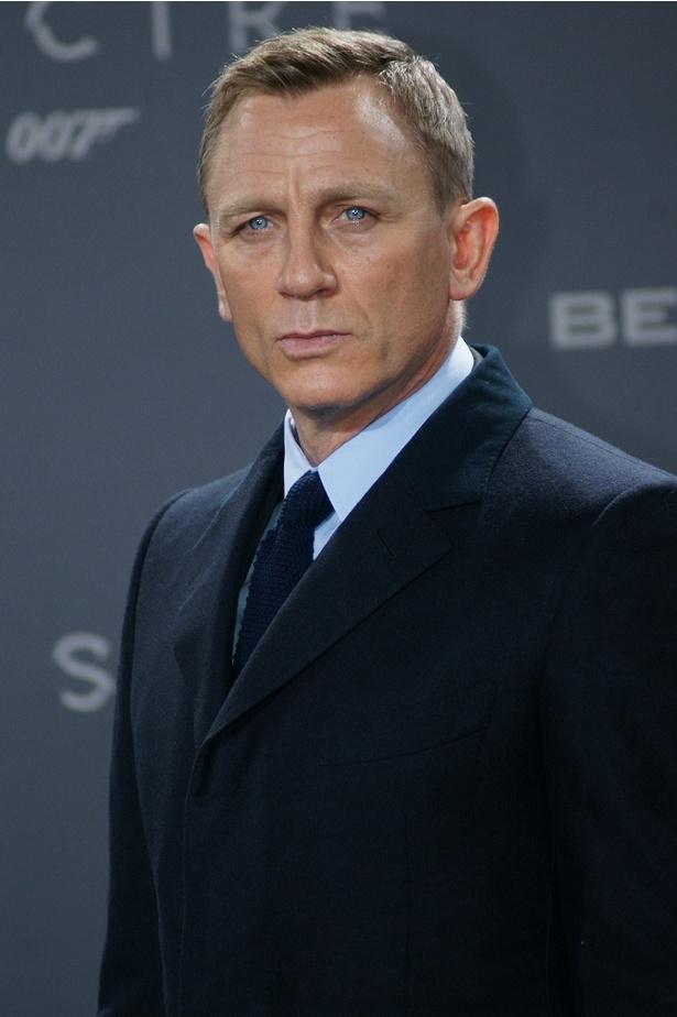 50歳でパパになった「007」俳優、育児疲れで髪ボーボーのやつれ顔に!