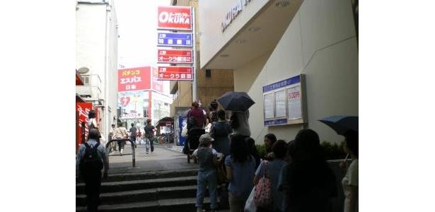 上野オークラ劇場で8月1日に行われた女性限定上映会。若い女性で長蛇の列ができた
