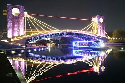 【写真を見る】公園のシンボル・天門橋も特別装飾される