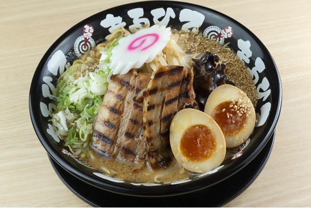 「まるひで ごちそう味噌ラーメン」(1,026円)。ブレンダ―で攪拌した背油を絡めた麺は、ほんのりと甘みが感じられる
