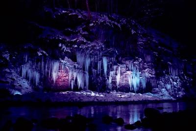 神秘的な雰囲気さえ漂う、三十槌の氷柱のライトアップ。氷柱は大きいもので高さ約8メートルある