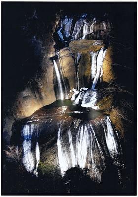 高さ120メートル・幅73メートルの巨大な袋田の滝のライトアップを見れば一生の思い出に
