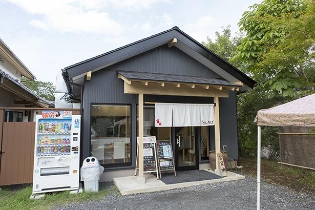 新店舗は洗練された切妻式の屋根が印象深い。上品な雰囲気が辺りにただよう「中華そば専門 とんちぼ」