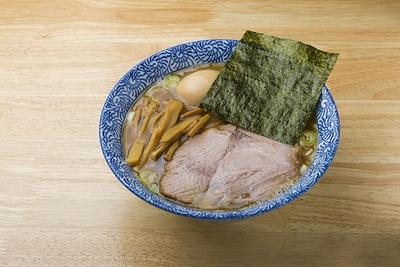 【写真を見る】独特の方法で取るダシの旨味が引き立つ、定番の「煮玉子そば」(840円)