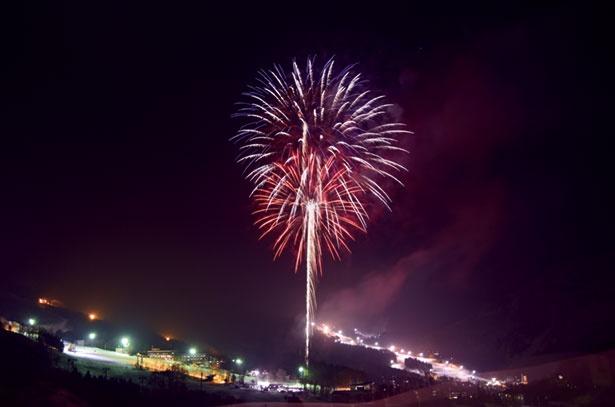 白銀のゲレンデから放たれる花火が、澄んだ冬の夜空を鮮やかに彩る「冬のHANABI」。2019年1月18日(金)~20日(日)、2月2日(土)開催