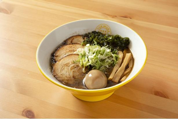 【写真を見る】魚介の旨味と食べ応えのある中太麺が合う「得のせ魚介醤油ラーメン」(900円)