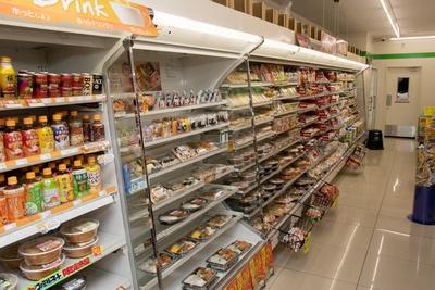 一番奥の陳列棚。おにぎりや弁当といった見慣れた商品が並ぶ