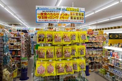 懐かしいいお菓子も陳列。このような吊り下げ型の販売もファミリーマートでは見かけないものだ