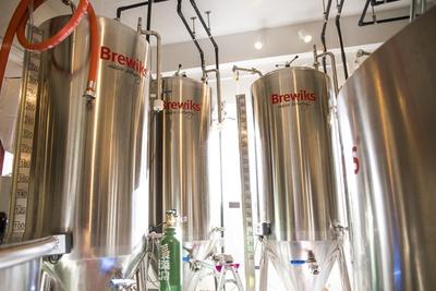 ガラスの向こうにはビール醸造所が見える