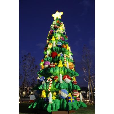 【写真を見る】高さ約10m、横幅約4mの世界最大級のレゴクリスマスツリー!飾りもすべてレゴブロックでできている