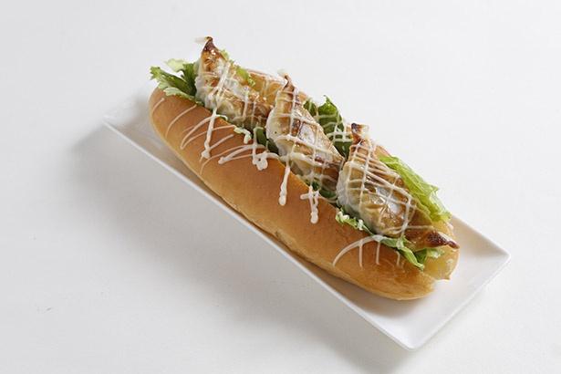 【写真を見る】コッペパンに餃子を3個挟んだ「餃子ドッグ」