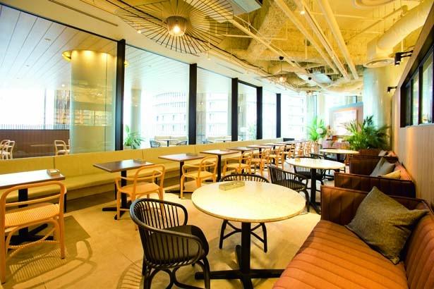 テラスに面し、開放感たっぷり。ゆったりとくつろげるソファー席が人気/Cosme Kitchen Adaptation 阪神梅田本店