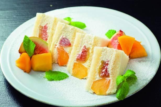 旬の果物を特製クリームが優しく包む季節のフルーツサンド(1080円~)/HARVEST DAYS