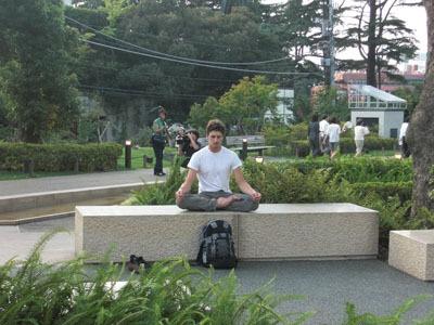現場近くで瞑想する外国人