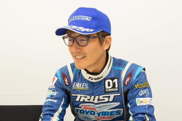 にこやかな笑顔でインタビューに応える昨年のFIA-IDCチャンピオン川畑真人さん