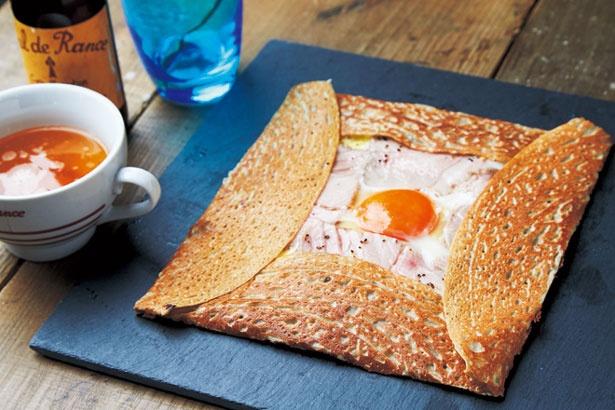 自家製のハムと卵、3種のフランス産チーズを包んだガレット コンプレ(1404円)/3épice