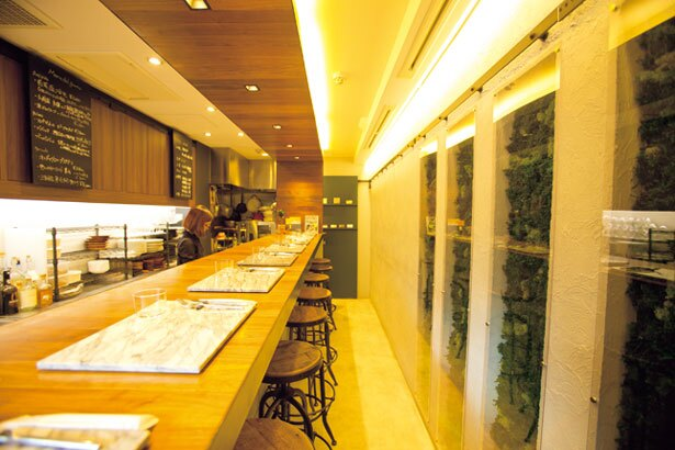 シンプルな空間に映えるカウンターや天井の木目が印象的/ABITACOLO