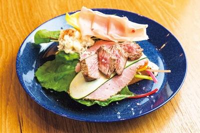 具材がたっぷりのった、お肉なオープンサンド(1500円)/Drip-X-Cafe ホテルヴィスキオ大阪店